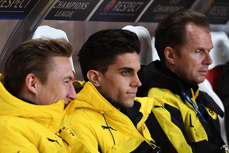 Bartra en la banca del Dortmund