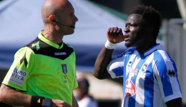 Sulley Muntari del Pescara sufrió discriminación racial en el partido contra el Cagliari en la Serie A y decidió salir del partido antes de que terminara.