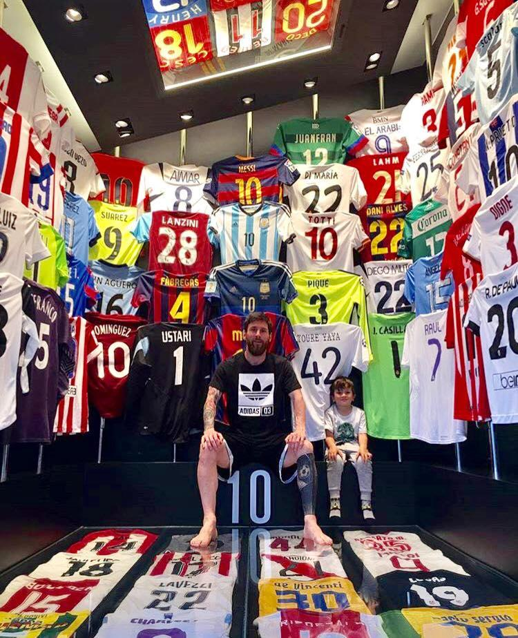 Impresionante! En la colección de playeras de Messi 0a154a2309f5a