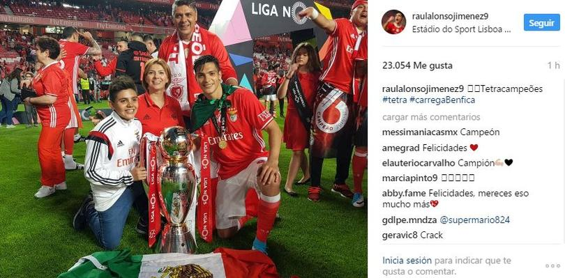 El mexicano celebró el bicampeonato del Benfica