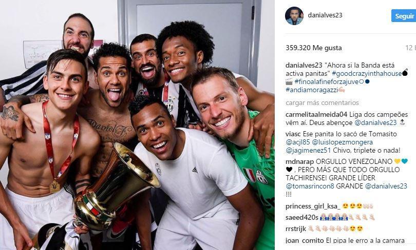 Dani Alves en el festejo de la Juve tras ganar la Coppa