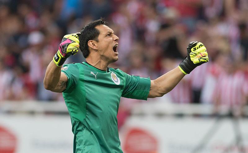 Rodolfo Cota en el juego de vuelta contra Toluca
