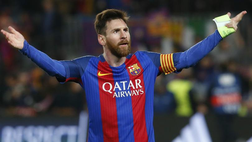 Messi  llama la atención por su rodilla.