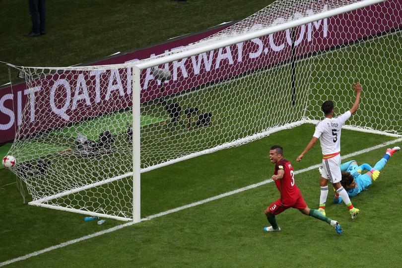 Iban 20 minutos del primer tiempo en el partido entre México y Portugal, Pepe metió gol de media vuelta pero segundo después el árbitro decidió cambiar la decisión después de que le informaran asistentes.