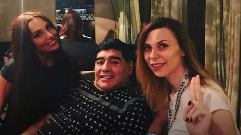 Ekaterina junto a Maradona