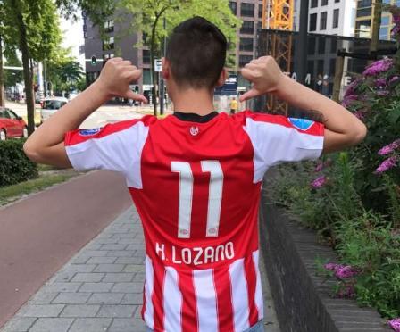 Hirving Lozano posa con la nueva playera del PSV