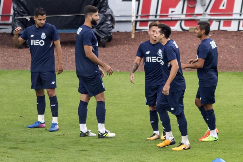 El Porto sufrió con las escaleras del estadio Azul
