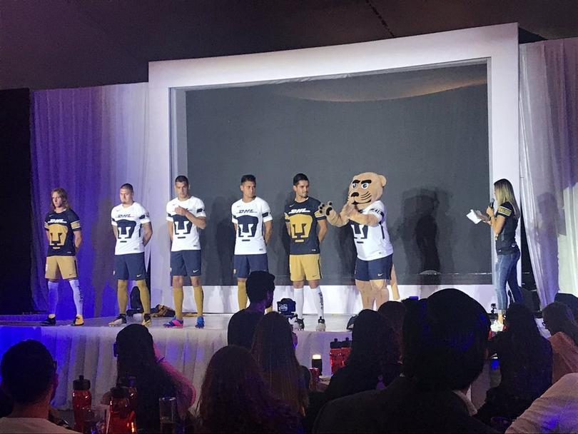 Presentan la nueva camiseta de Pumas.