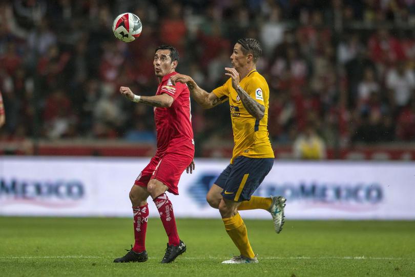 Sambueza y Torres disputando el balón