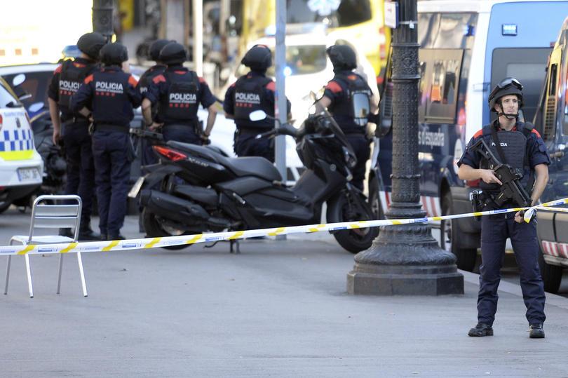Los policías en el área del atentado en Barcelona