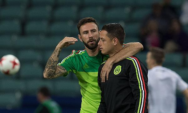 Layún y Chicharito están apoyando a México