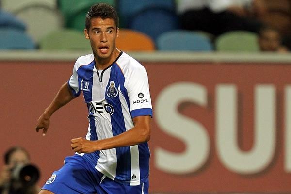 Diego Reyes jugando con el Porto.