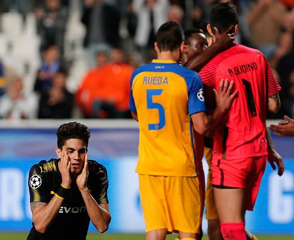 Los jugadores del APOEL felicitan a Gudiño