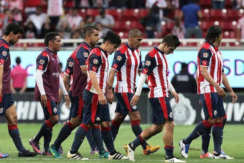 Jugadores de Chivas  cabizbajos tras perder un partido