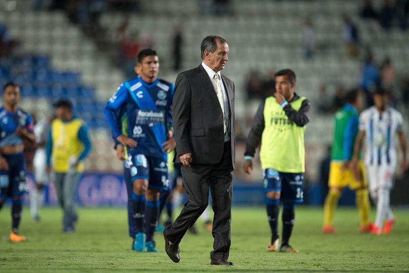 Enrique Meza rumbo al vestidor posterior a un partido con el Puebla