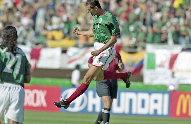 Jared Borgetti celebrando un gol contra Ecuador en el Mundial 2002