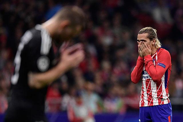 Antoine Griezmann se lamenta una falla de gol contra el Qarabag.