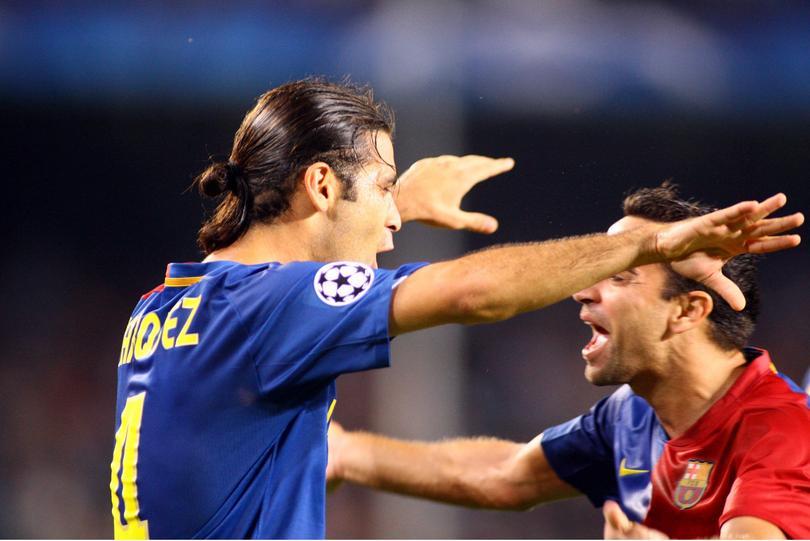 Rafa Márquez festejando con Xavi