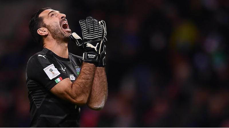 Buffon sufre la derrota de la Azurra