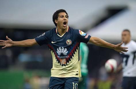 Domínguez celebrando un gol ante Pumas UNAM
