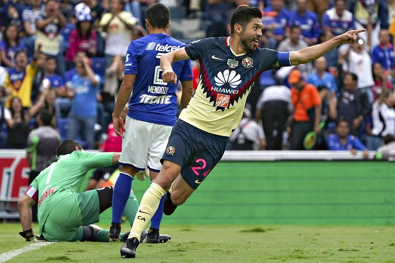 Oribe celebrando un gol contra Cruz Azul