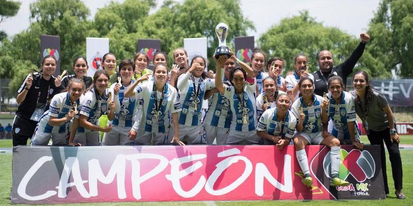 Pachuca celebra el campeonato de Copa femenil.