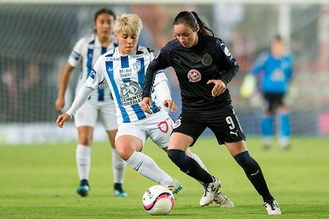 Jugadoras de Chivas y Pachuca en la final de ida de la Liga MX Femenil