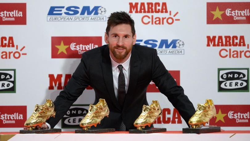 Messi posando con sus 4 botas de oro
