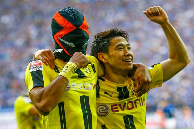 Aubameyang festejando un gol junto a Kagawa con la máscara de Spawn