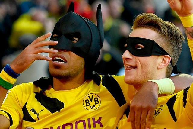 Aubameyang festejando junto a Reus como Batman y Robin
