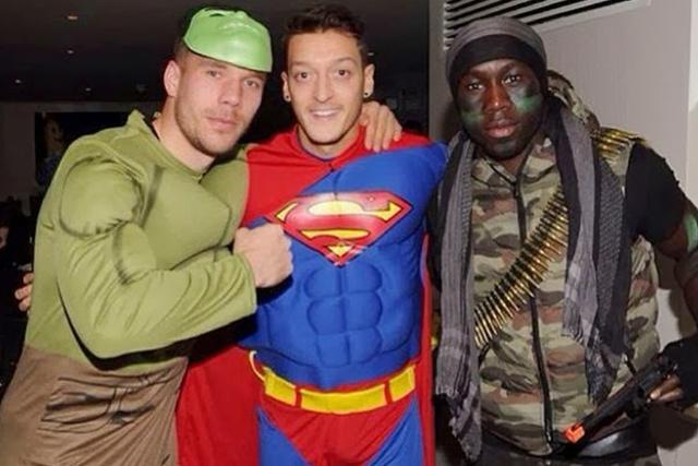 Podolski (Hulk), Özil (Superman) y Sagna (Rambo) en una fiesta de disfraces organizada por el Arsenal