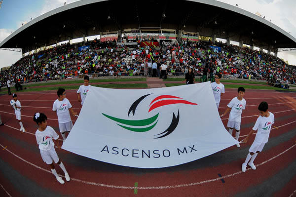 Los pequeños cargando la bandera con el logo del Ascenso Mx