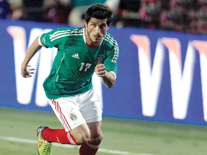 Álvares vistiendo la camiseta de la selección de México
