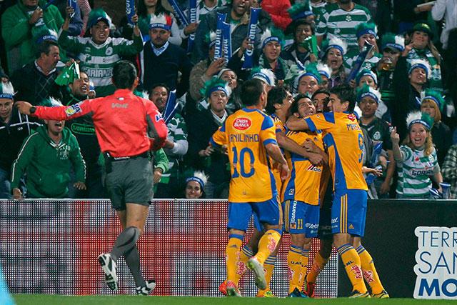 Damian celebra con sus compañeros un gol en la final contra Santos.