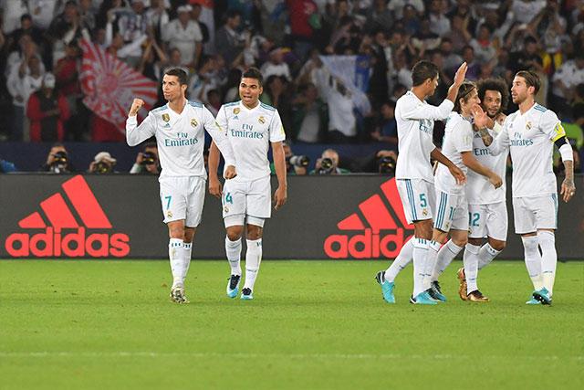 Jugadores del Real Madrid celebran el gol de Cristiano.