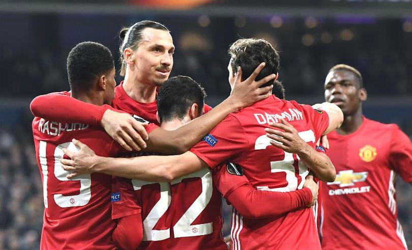 Jugadores del United celebran con Zlatan el gol