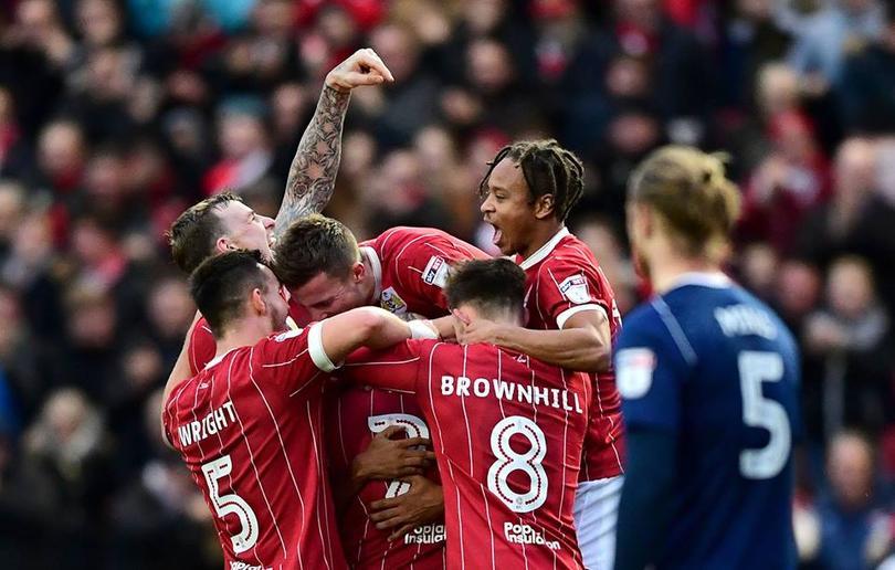 Jugadores del Bristol celebran un gol