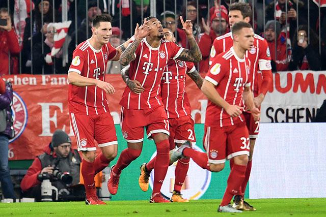 Boateng celebra con sus compañeros su gol contra Dortmund.