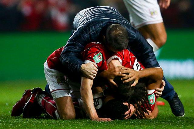 Jugadores y aficionados celebran la victoria sobre el Manchester United