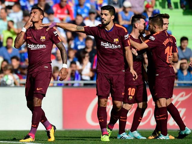 Paulinho celebra gol con Suárez y sus compañeros