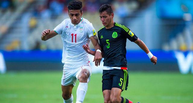 Lucha por el balón en el partido México contra Irán.