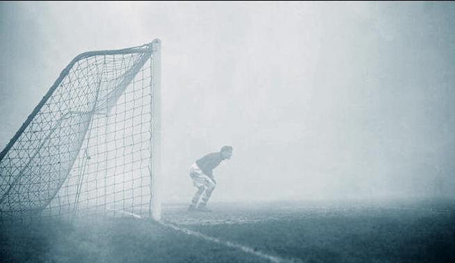 Sam Bartram en medio de la neblina