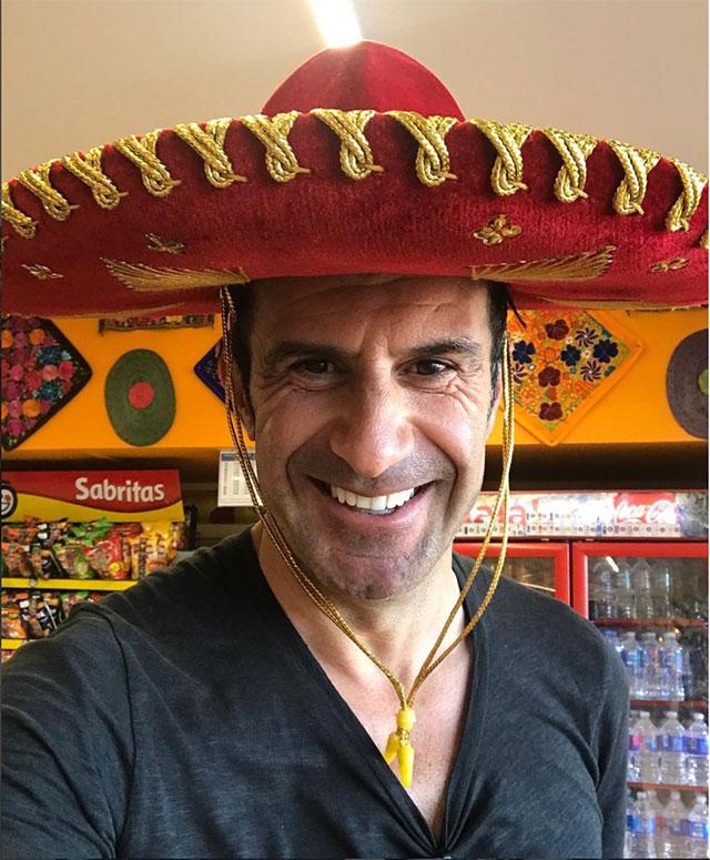 Luis Figo posa con un sombrero de charro en su visita a México