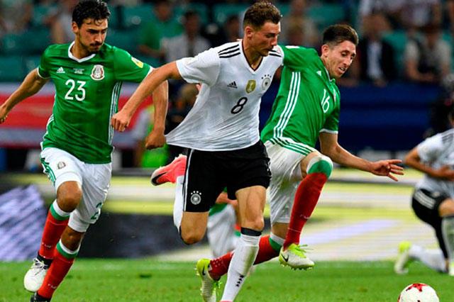 Leon Goretzka disputa el balón con Alanís y Herrera
