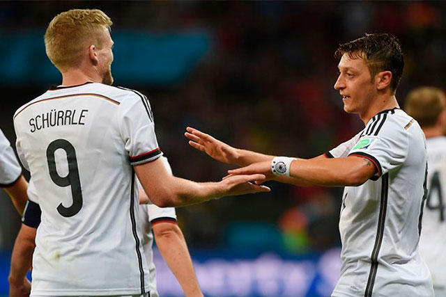 Schürrle celebra un gol con Özil