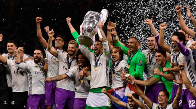 Jugadores del Real Madrid celebran la duodécima copa de Champions