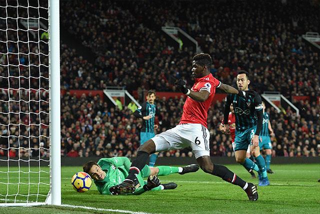 Pogba fue atrapado en fuera de lugar cuando intentaba poner adelante al Manchester