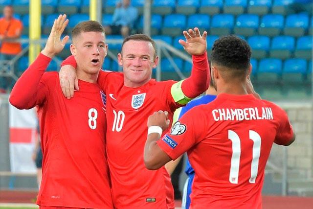 Barkley celebra un gol con Rooney y Chamberlain