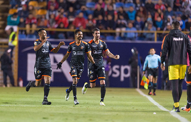Jugadores de Alebrijes celebran el gol