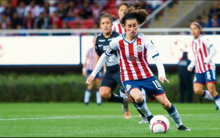 Tania Morales controlando el balón